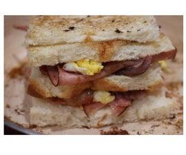 用火腿,培根,奶酪和鸡蛋烤三明治
