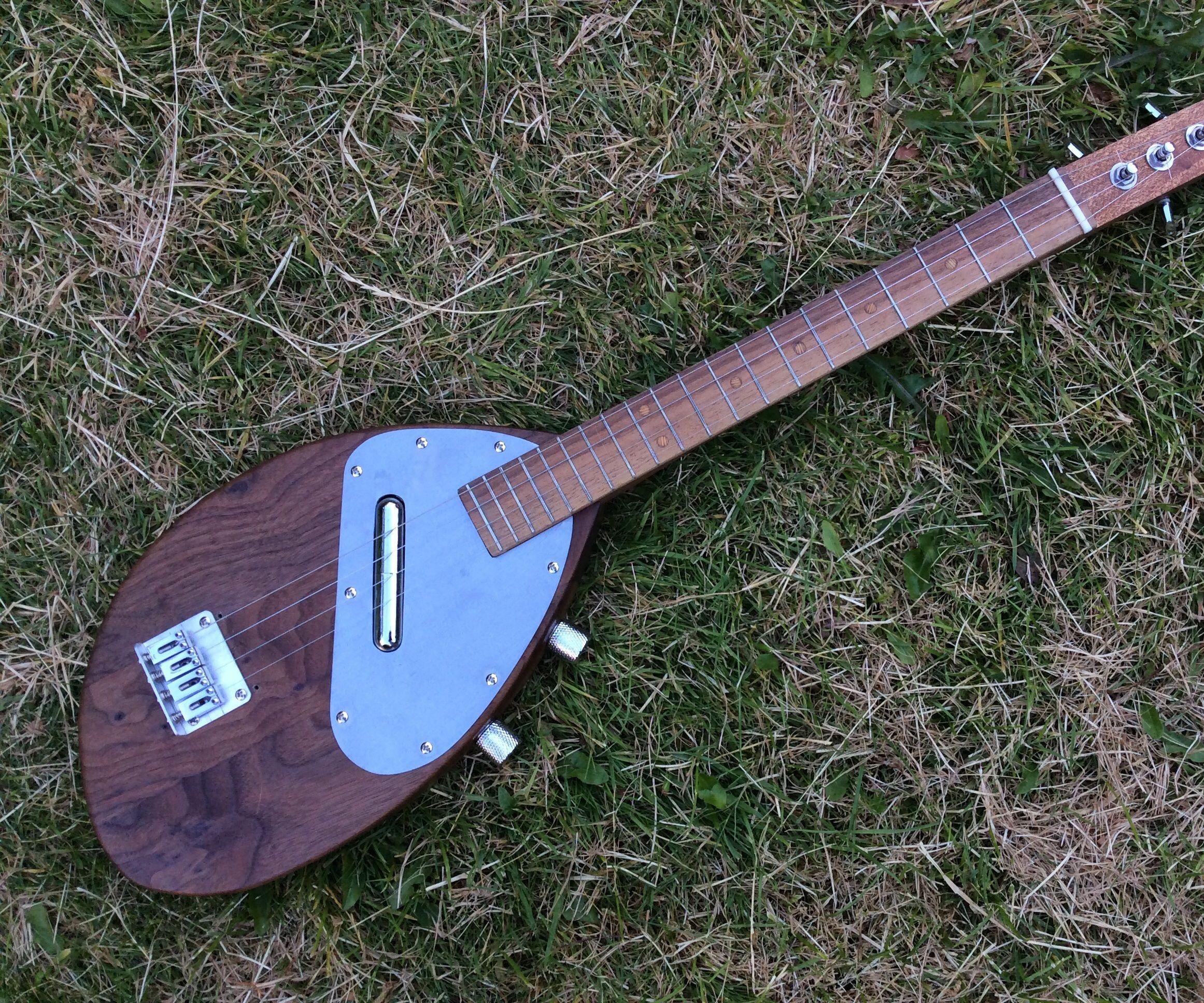 Electric baritone ukulele
