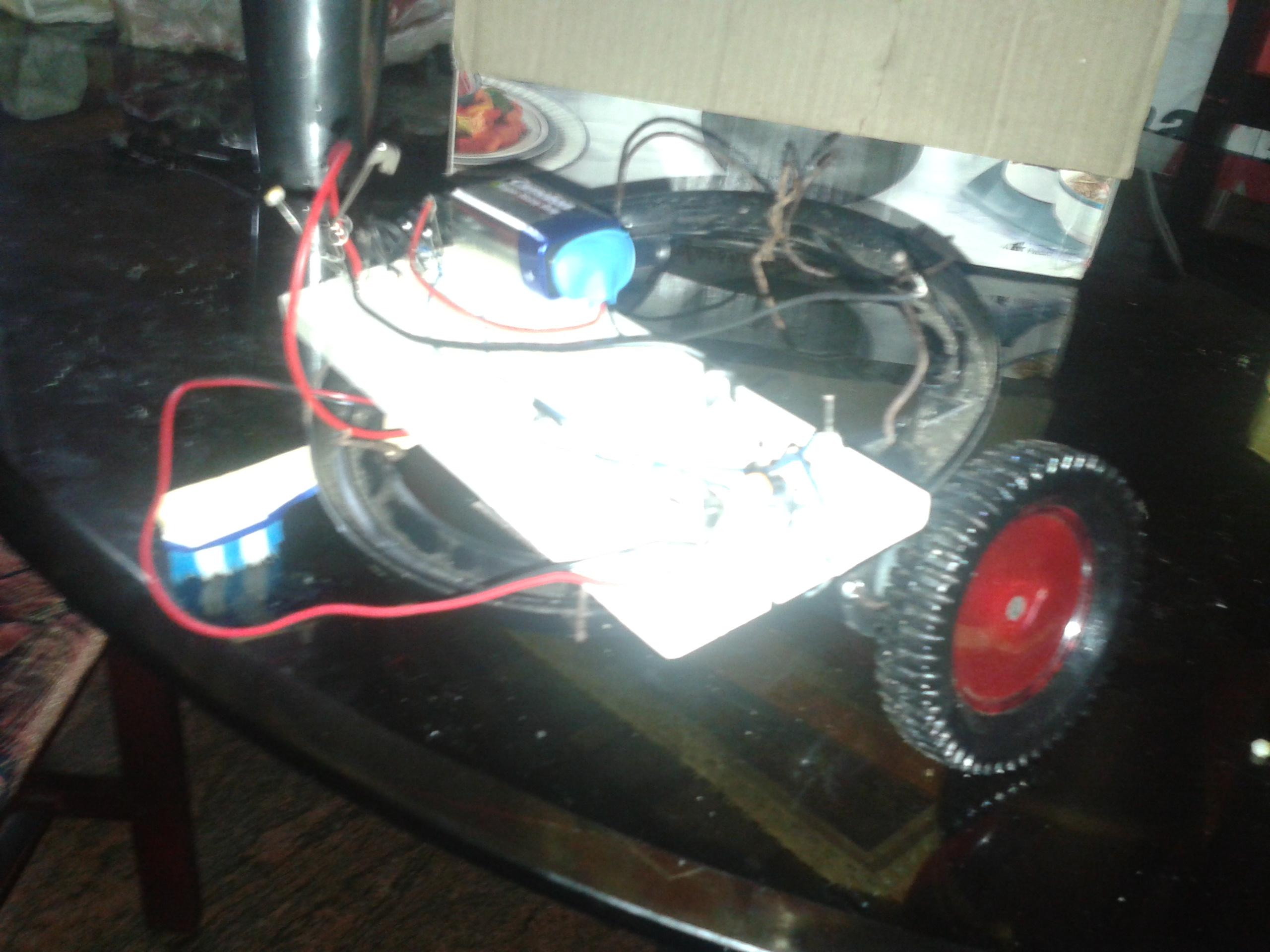 LIGHT FOLLOWING SIMPLE SPURT ROBOT