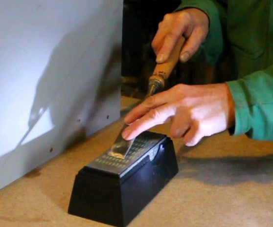 How to Sharpen Tools Using a Flashlight. Bricolez  Une Guide D'affutage. Bricolaje Una Guia De Afilado