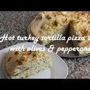 Receta de pastel de pizza de tortilla de pavo caliente con aceitunas y pepperoni