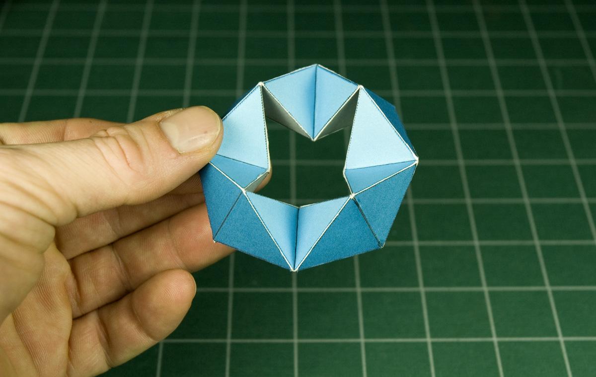 Kaleidocycles:   amazing  dynamic  papercraft