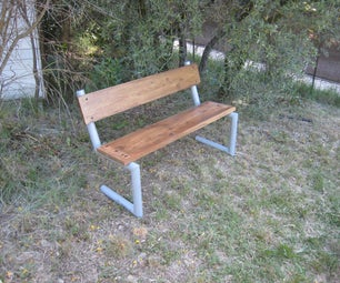 带有钢和木材的花园的一条长凳