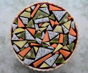 与几何水果顶部的黑莓饼