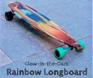 在用木头和环氧树脂制成的黑暗的longboard的彩虹焕发