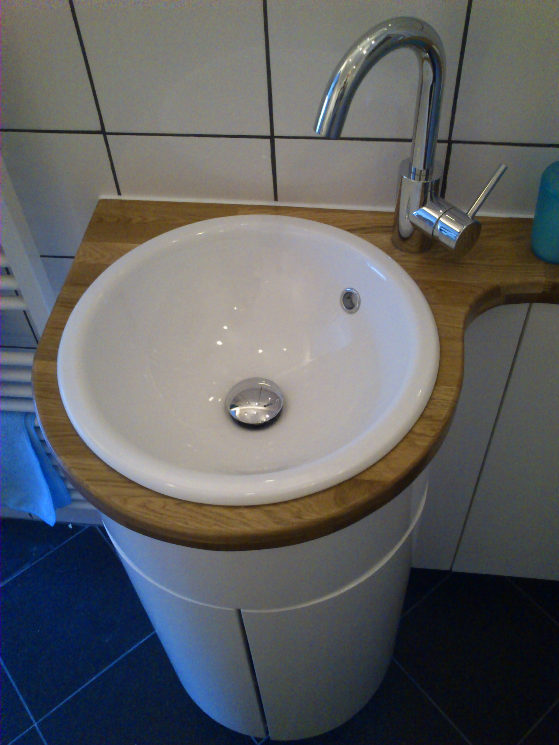 Bathroom cabinet with curved doors
