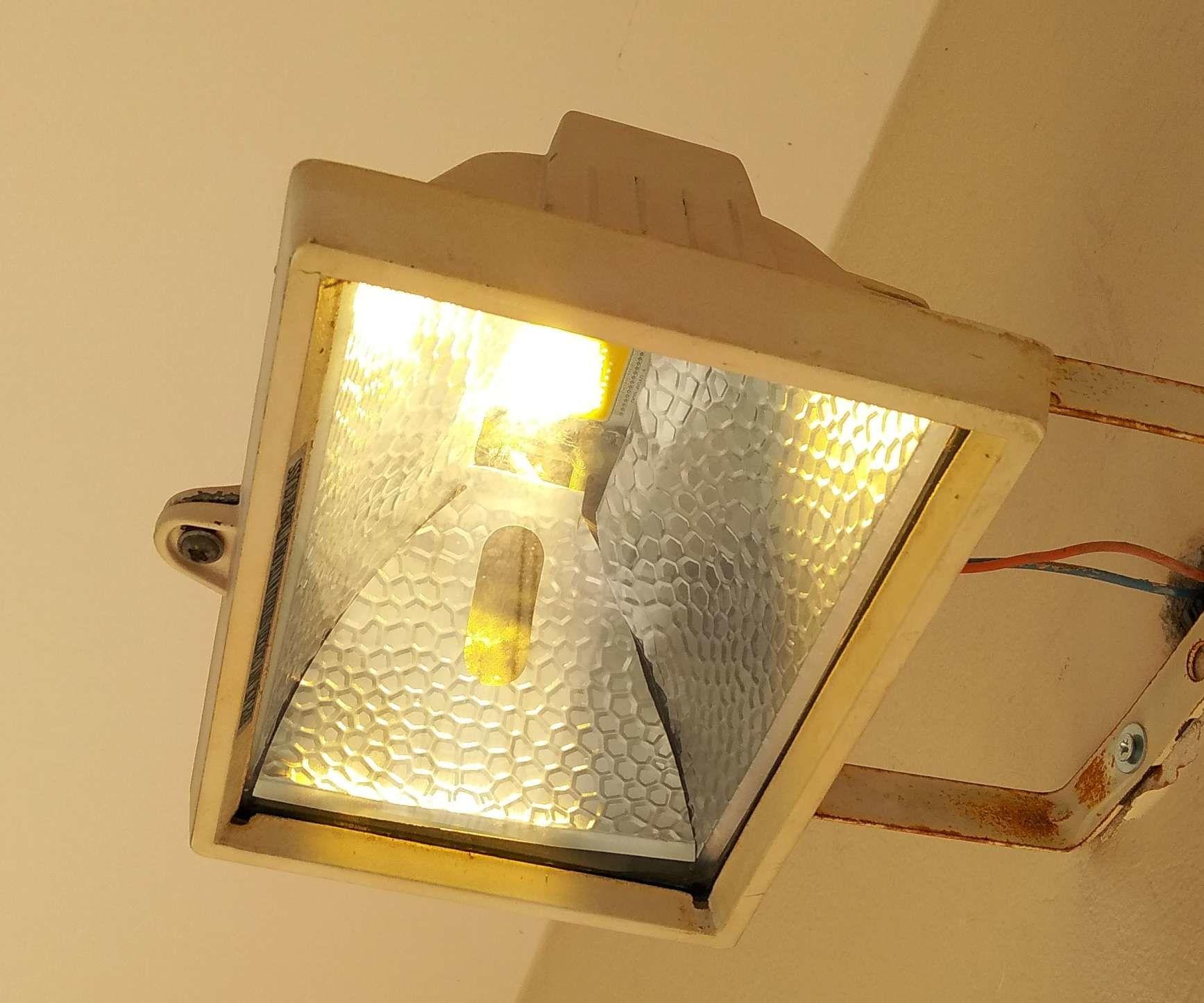 Retrofit a Incandescent 500W to 50W LED Flood Light