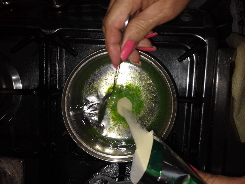 PASO 1: Disuelva La Gelatina De Limón En Agua Hirviendo