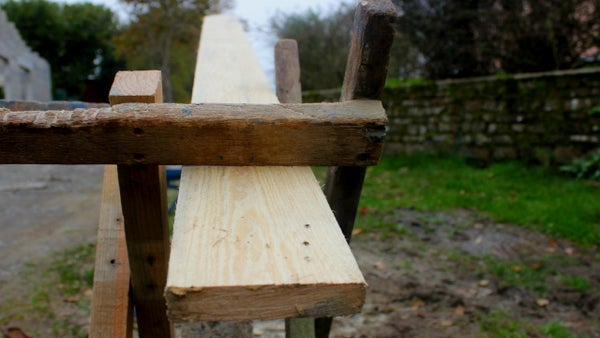 Home-made Tools. Cut Planks - No Clamps. Serrage Bois Vieille Méthode. Sujetar Madera Método Antiguo