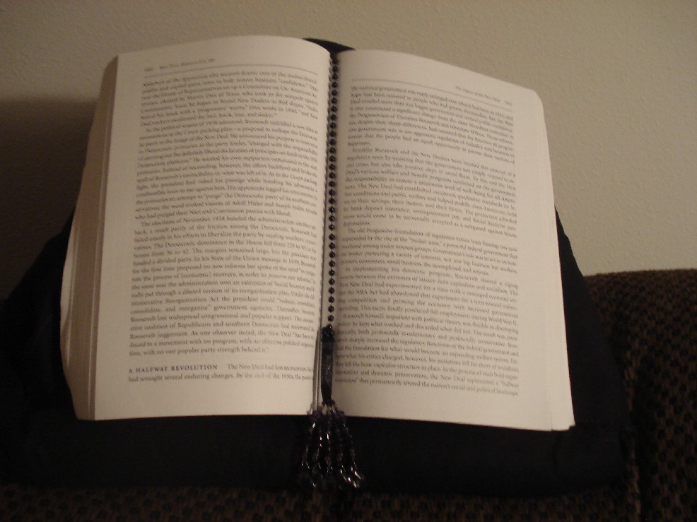 Hands-free book pillow