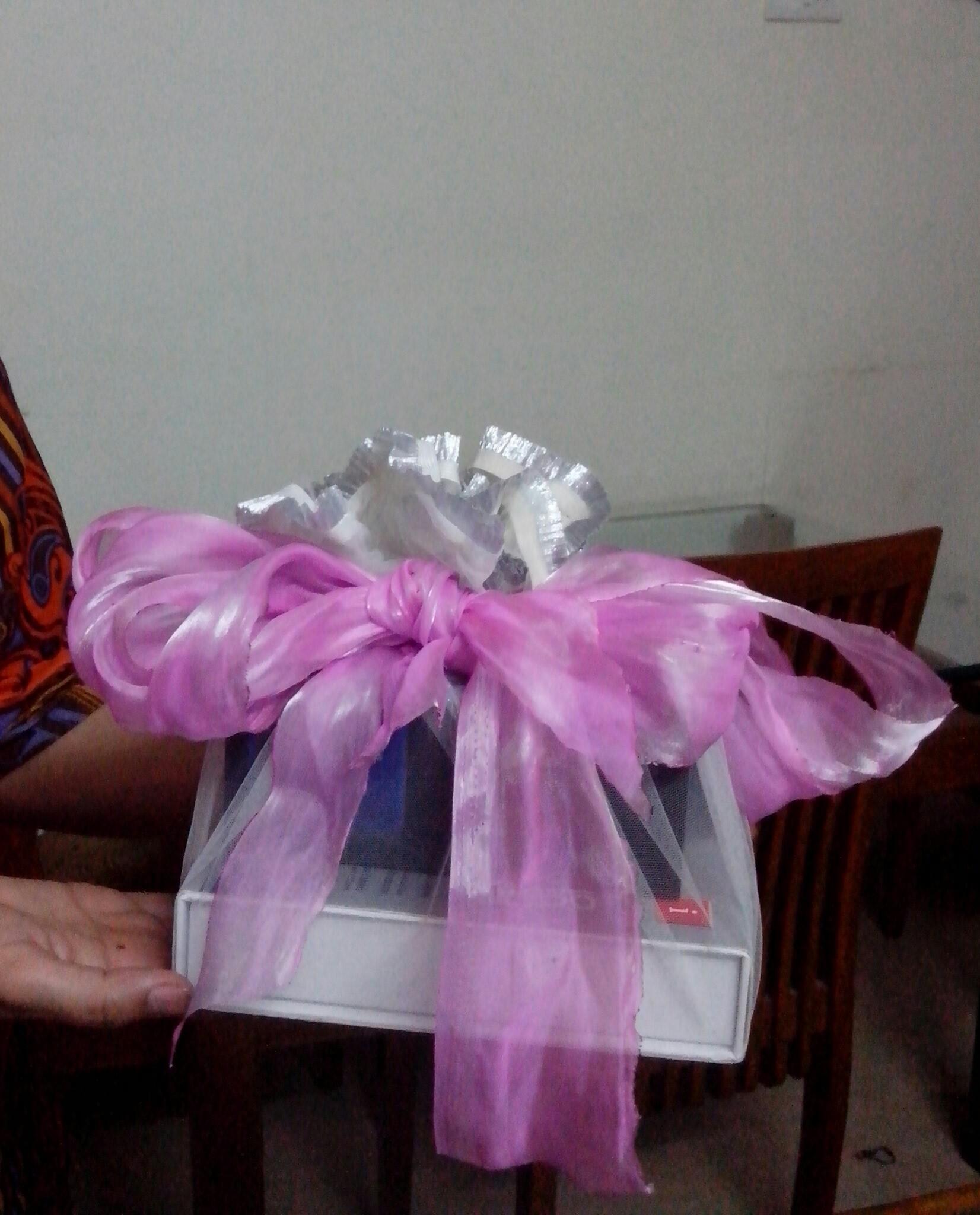 DIY gift wrap !! Cute and beautiful.