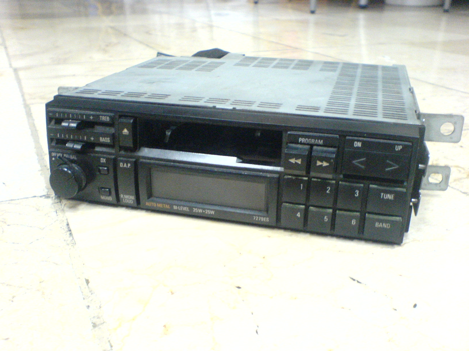 How to remove a car stereo from a Toyota Corolla '89 (AE92)