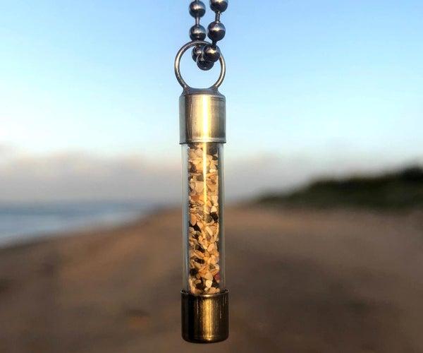在瓶子吊坠中的沙子