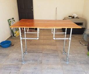 有木头和管子的常设书桌