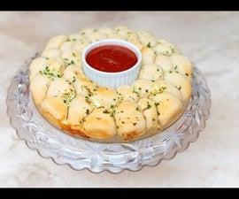 芝士蒜结花环(用比萨饼面团做成)