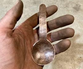 用简单的工具和材料敲打铜勺