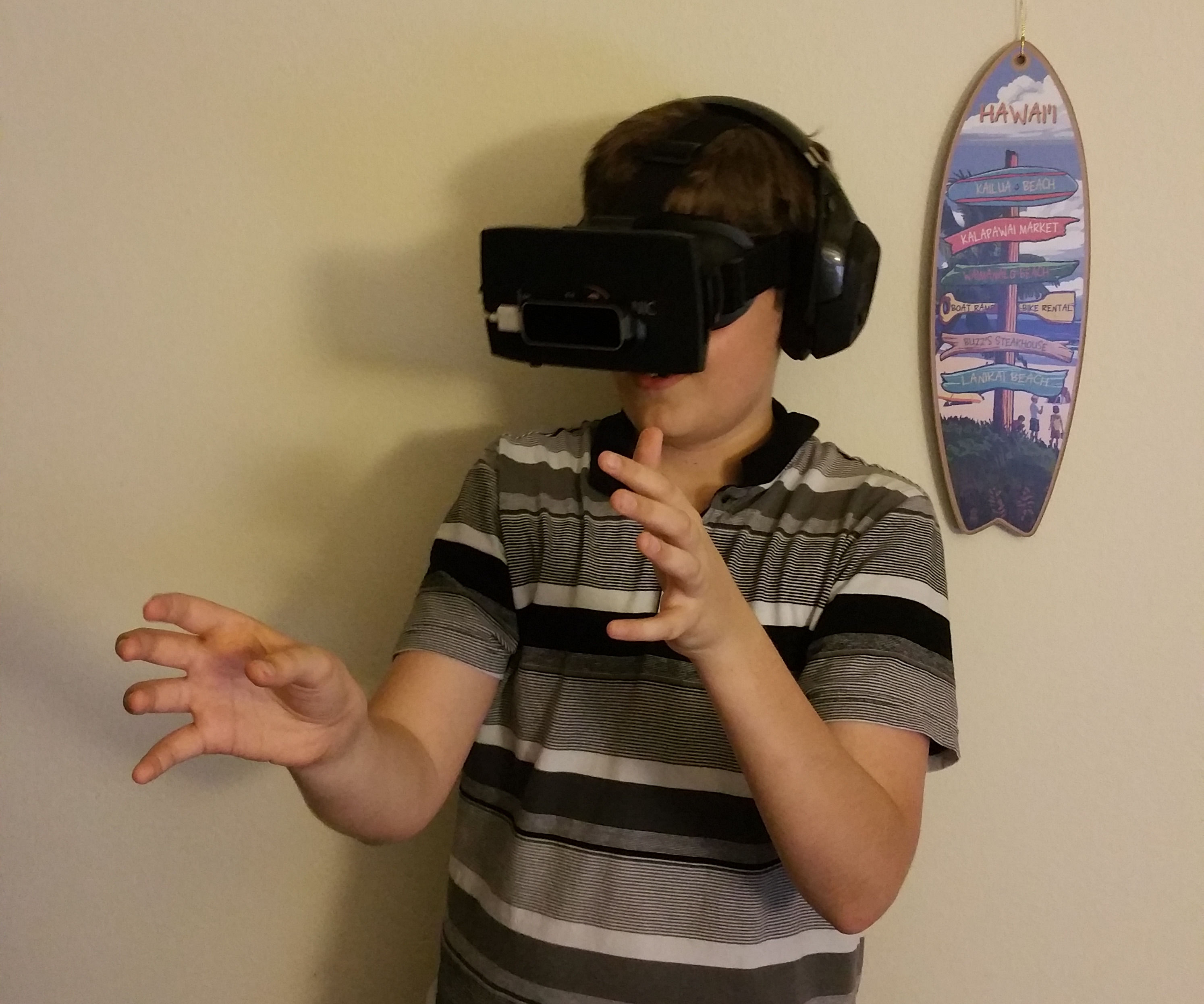Become Tony Stark: Mobile Virtual Reality Setup with Leap Motion