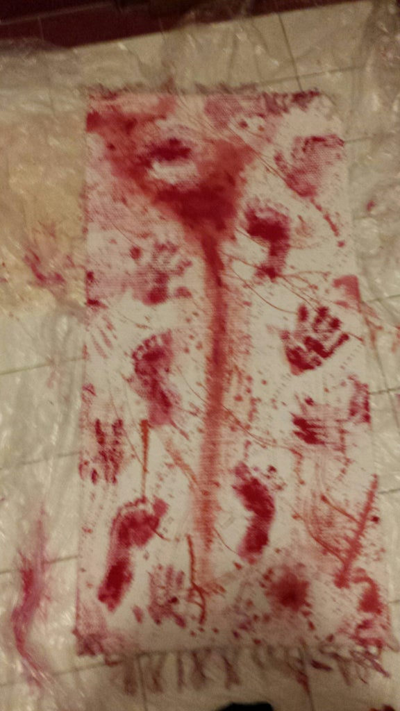 Blutige Fußabdrücke Auf Eurem Teppich....
