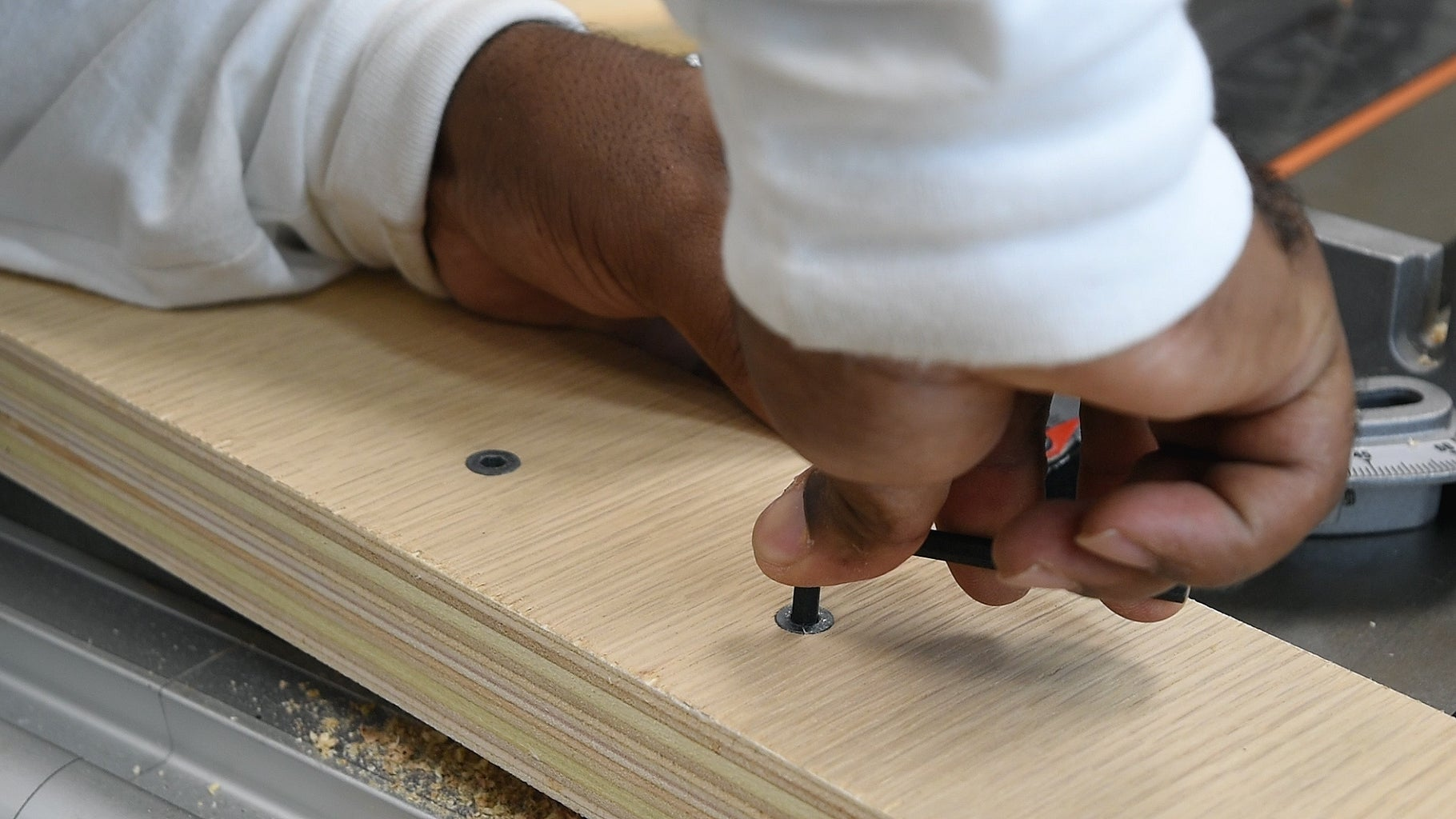 Attaching the Miter Bar