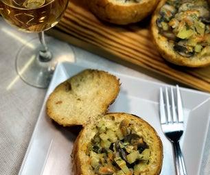 奶油蘑菇在一个面包盆