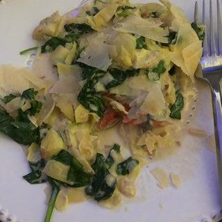 一只锅奶油菠菜和朝鲜蓟三文鱼