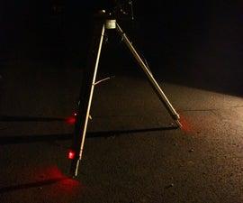 报废望远镜三脚架的红色安全灯