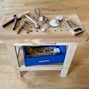 有很多木制工具的玩具工作台