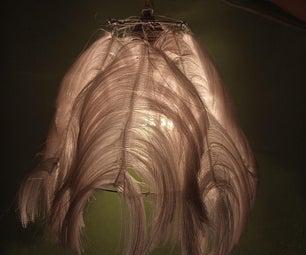 悬挂羽毛灯。