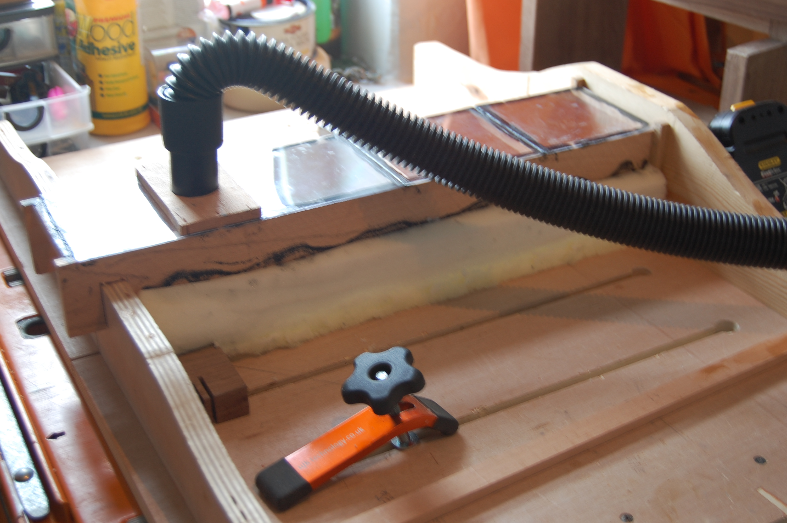 Dust extraction for cross cut sled