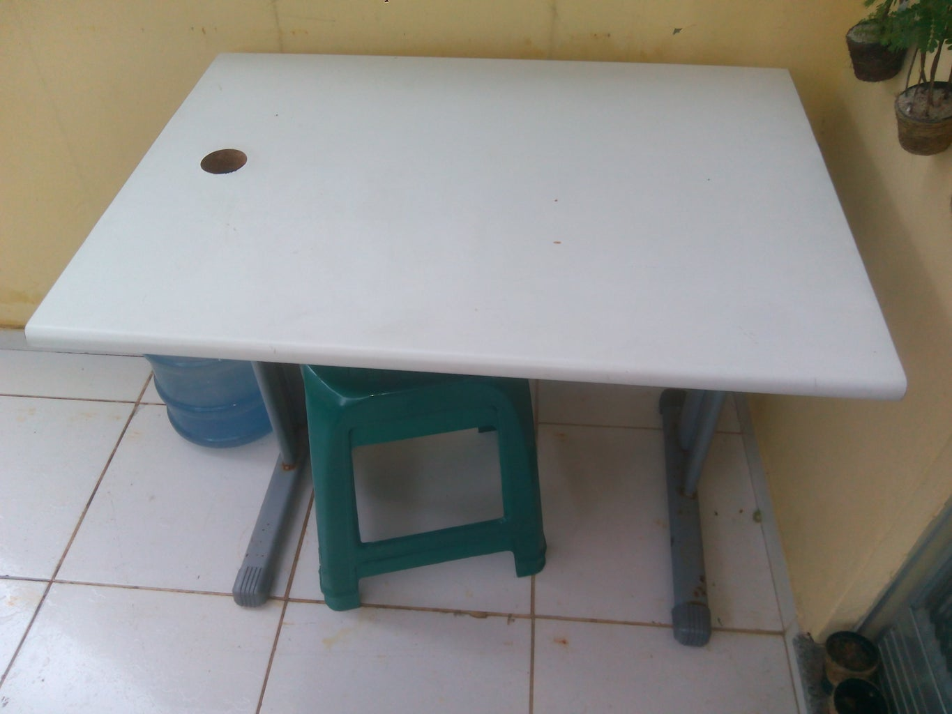 Convert Your Jigsaw Into a Bench-top Saw Using an Old Computer Desk