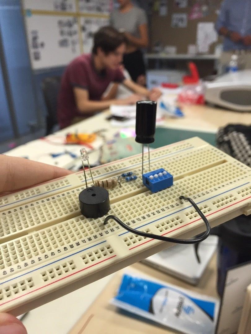 Buzzer Y LEDs En Protoboard