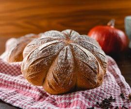 南瓜香料在南瓜的形式的香料酵母面包