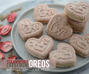 草莓豆蔻牛奶牛肉与定制饼干模具