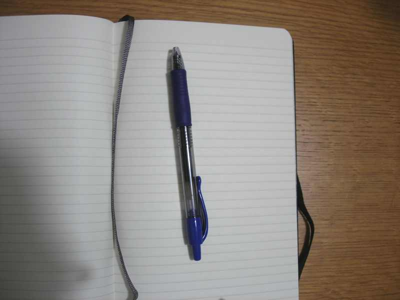 how to carry a pen with your MOLESKINE