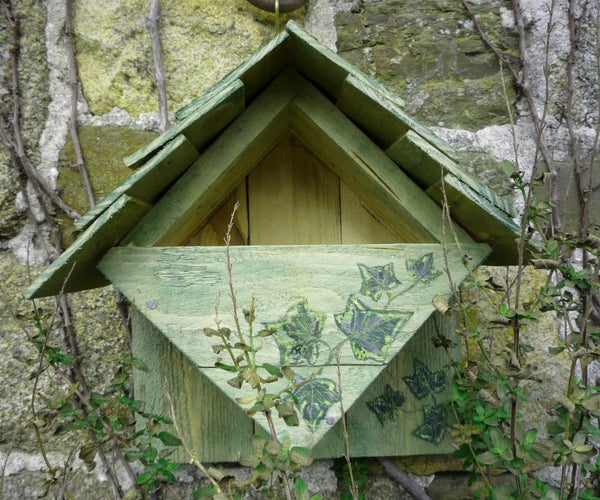 Home-made Repurposed Wood Nest Box. Suitable for Robins, Wrens, Spotted Flycatchers and All Small Birds Who Nest in Open Fronted Sites. Nichoir Rouge-gorge. Nido Para Aves Palets Reciclados