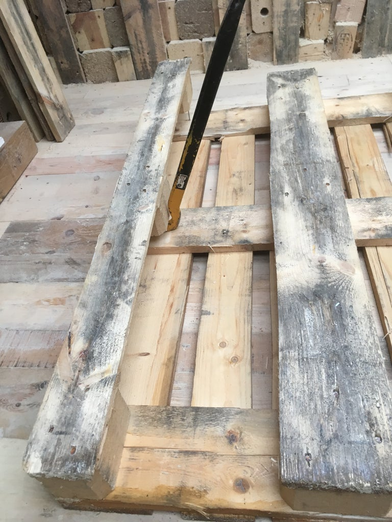 HOW TO DISASSEMBLE a PALLET - STEP 1