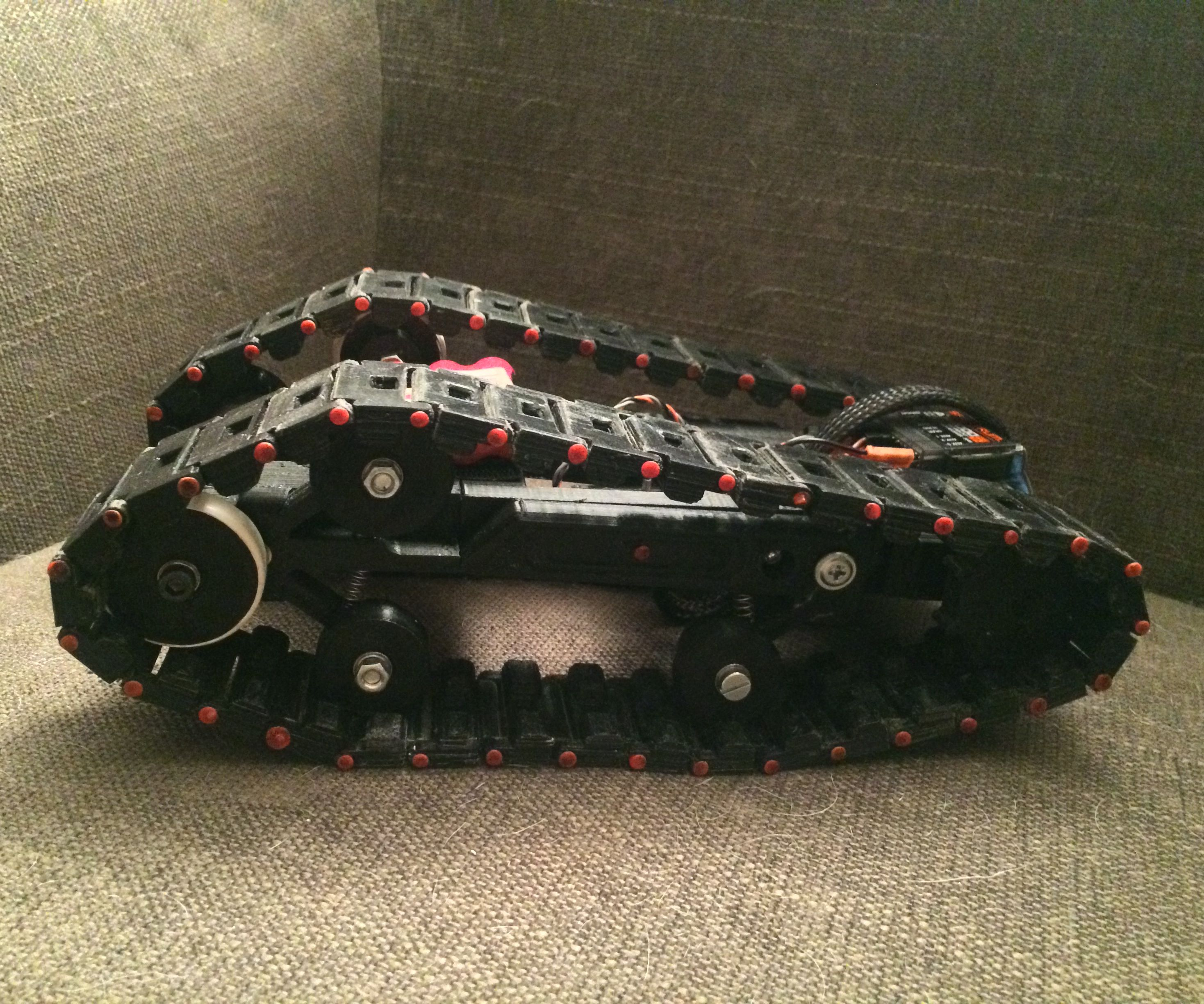 3D Printed Servo driven tracked rover w/suspensions (self tightning belts)