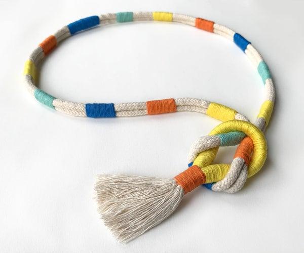 五颜六色的绳索宏丽结项链与流苏