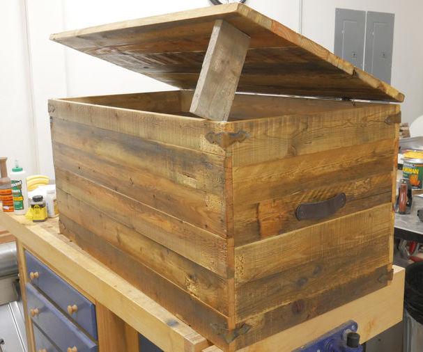 Rustic Pallet Wood Trunk