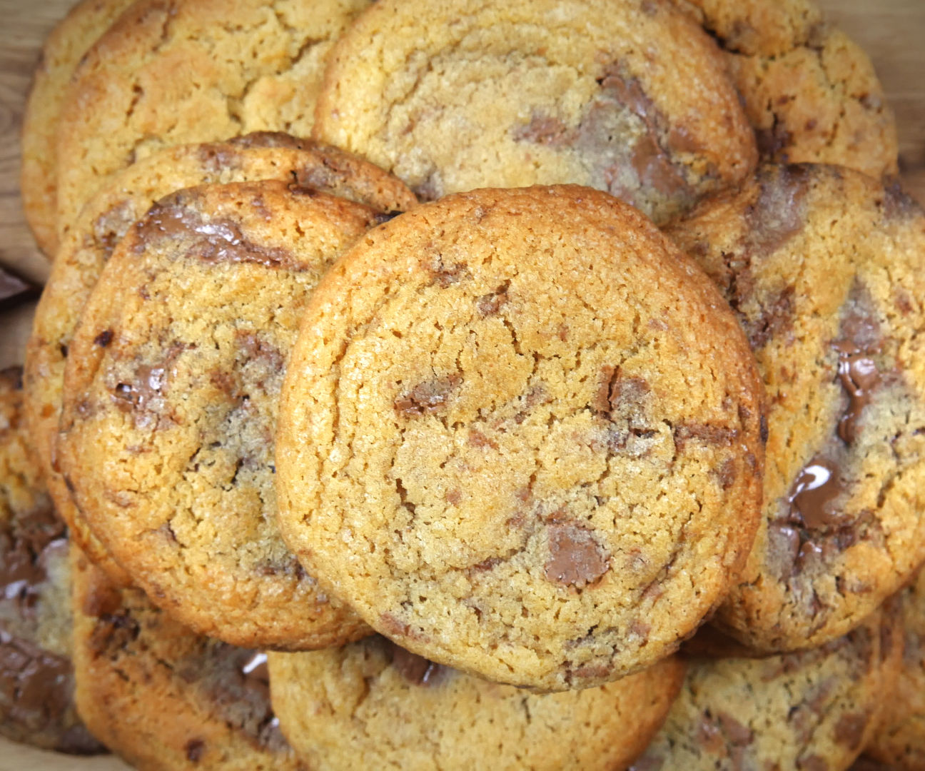 SOFT & CHEWY CHOCOLATE CHUNK (CHIP) COOKIES
