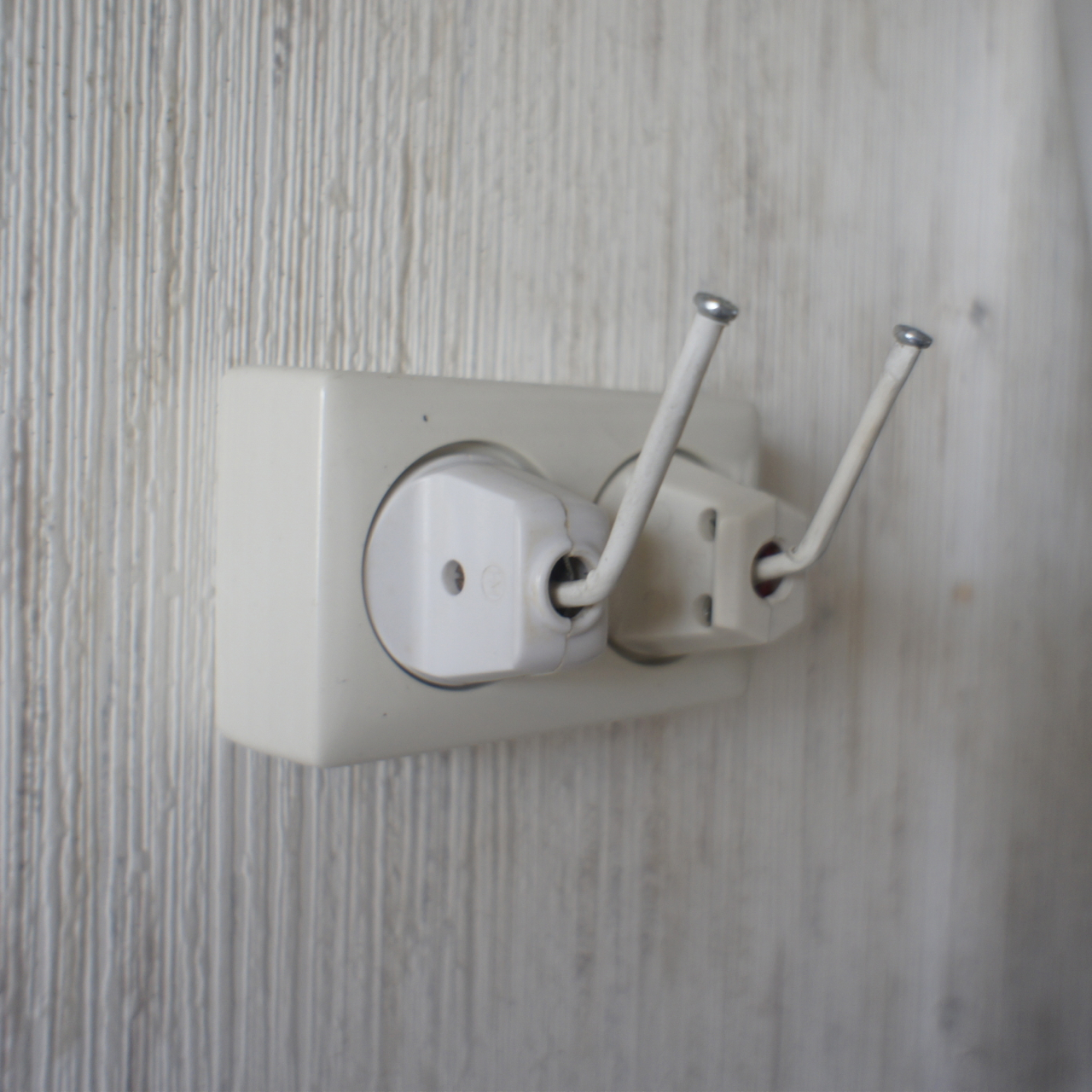 Outlet peg (coat hanger)