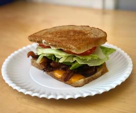额外的Bacon-y Blt与鳄梨和煎蛋