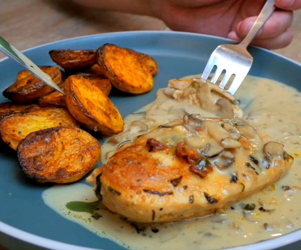 容易填充鸡胸肉用土豆和蘑菇肉汁