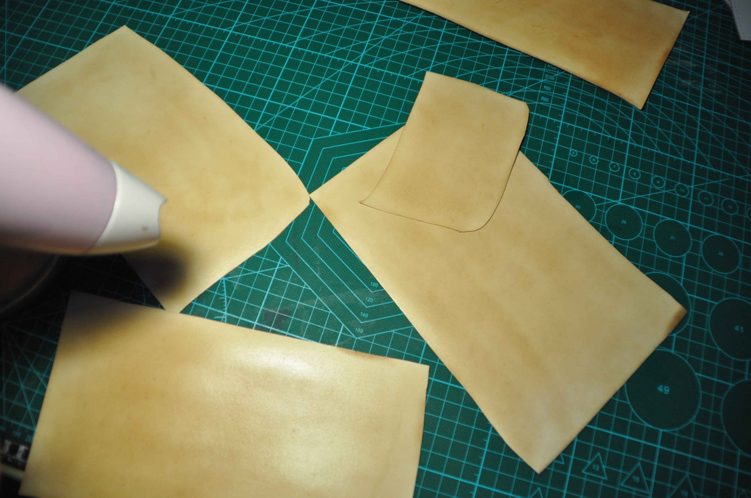 Now You Can Paint Leather Coat on the Surface Side and Dry It. the Surface Becomes Shining and Anti-water Now.