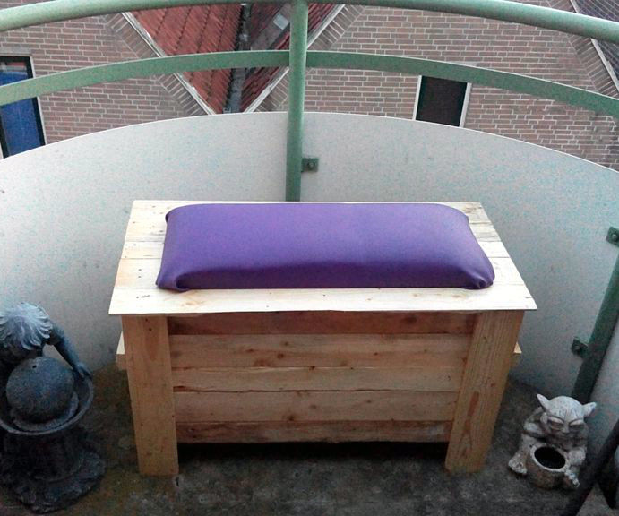 Wanda's all-weather birthday balcony bench-box (made from pallets)