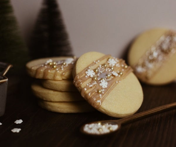 Amaretto Shortbread Cookies With a Christmas Twist