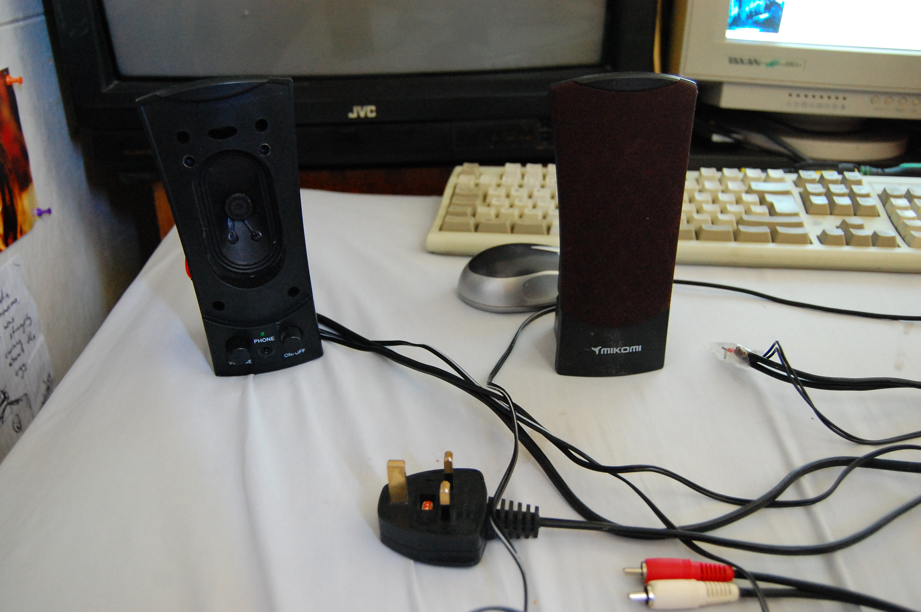 how to make a portable mp3 amp from old computer speakers