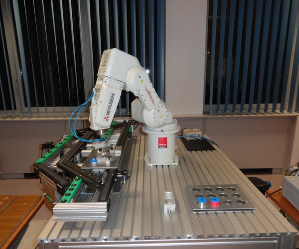 Robotic Arm With Conveyor, Able to Assembly Work Pieces Underway