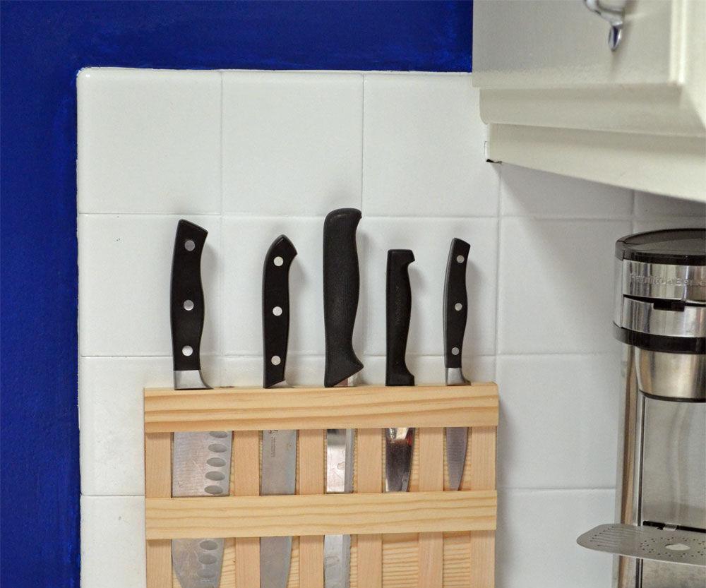 Wall mounted wood knife rack