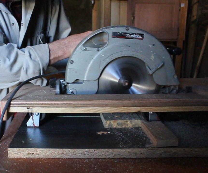 How to convert a hand-held circular saw into a crosscut saw using scrap materials.  Bricolaje: Sierra de mesa, mediante el uso de materiales recuperados